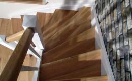 Schody-z-podstopniami-stopnie–i-porecze-debowe-olejowane,–reszta-malowane-na-bialo-,-tralka-kwadrat–(2)