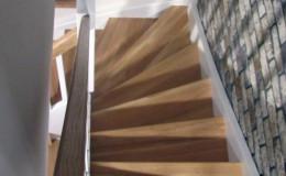 Schody-z-podstopniami-stopnie–i-porecze-debowe-olejowane,–reszta-malowane-na-bialo-,-tralka-kwadrat–(3)