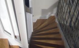 Schody-z-podstopniami-stopnie–i-porecze-debowe-olejowane,–reszta-malowane-na-bialo-,-tralka-kwadrat–(4)