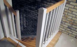 Schody-z-podstopniami-stopnie–i-porecze-debowe-olejowane,–reszta-malowane-na-bialo-,-tralka-kwadrat–(5)