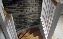 Schody-z-podstopniami-stopnie–i-porecze-debowe-olejowane,–reszta-malowane-na-bialo-,-tralka-kwadrat–(6)