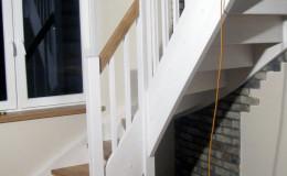 Schody-z-podstopniami-stopnie–i-porecze-debowe-olejowane,–reszta-malowane-na-bialo-,-tralka-kwadrat–(9)