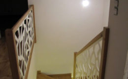 Schody-Q-Na-beton-Debowe-natura-(-czarne-zaprawki)-balustrada-LVL-biala-(4)