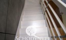 Schody-Q-Policzkowe-jesionowe-bielone-balustrada-listwa-poziomo–rura-inox-pion_12
