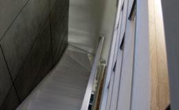 Schody-Q-Policzkowe-jesionowe-bielone-balustrada-listwa-poziomo–rura-inox-pion_7