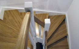 Schody-C-W-wa-warstwowe-stopnie–i-porecze-debowe-lakierowane-reszta-bukowe-biale-tralka-banka–(9)