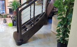 Schody-Jesionowe-orzech-22-40-balustrada—drewno–stal-nierdzewna-prety-,tralka-kwadrat-drewno–(10)
