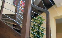 Schody-Jesionowe-orzech-22-40-balustrada—drewno–stal-nierdzewna-prety-,tralka-kwadrat-drewno–(12)