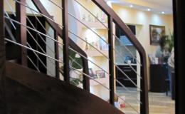 Schody-Jesionowe-orzech-22-40-balustrada—drewno–stal-nierdzewna-prety-,tralka-kwadrat-drewno–(13)