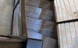 Schody-Jesionowe-orzech-22-40-balustrada—drewno–stal-nierdzewna-prety-,tralka-kwadrat-drewno–(3)