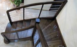 Schody-Jesionowe-orzech-22-40-balustrada—drewno–stal-nierdzewna-prety-,tralka-kwadrat-drewno–(4)