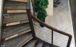 Schody-Jesionowe-orzech-22-40-balustrada—drewno–stal-nierdzewna-prety-,tralka-kwadrat-drewno–(6)