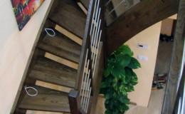 Schody-Jesionowe-orzech-22-40-balustrada—drewno–stal-nierdzewna-prety-,tralka-kwadrat-drewno–(7)