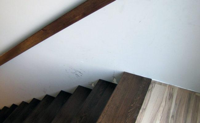 Dywanowe-Debowe-Warstwowo-22-60-orzech-porecz-na-scianie-(10)