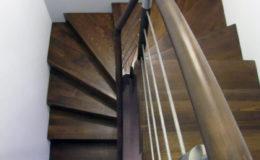 schody-q-dywanowe-jesionowe-orzech-porecz-okragla-plock-1