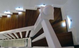 schody-q-tarczyn-na-beton-jesionowe-z-skanowniem-3-d-styl-angielski-2