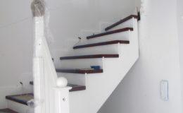 schody-q-tarczyn-na-beton-jesionowe-z-skanowniem-3-d-styl-angielski-9