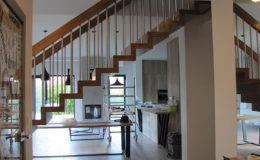 Schody Q.PL Torun Dywanowe wiszace debowe balustrada rura inox pion (10)