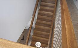 Schody Q.PL Torun Dywanowe wiszace debowe balustrada rura inox pion (12)