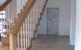 Schody Q.PL Torun Dywanowe wiszace debowe balustrada rura inox pion (15)