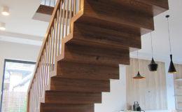 Schody Q.PL Torun Dywanowe wiszace debowe balustrada rura inox pion (16)