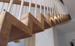 Schody Q.PL Torun Dywanowe wiszace debowe balustrada rura inox pion (5)