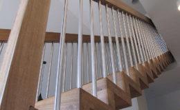 Schody Q.PL Torun Dywanowe wiszace debowe balustrada rura inox pion (7)