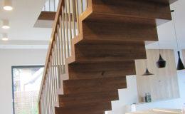 Schody Q.PL Torun Dywanowe wiszace debowe balustrada rura inox pion (8)