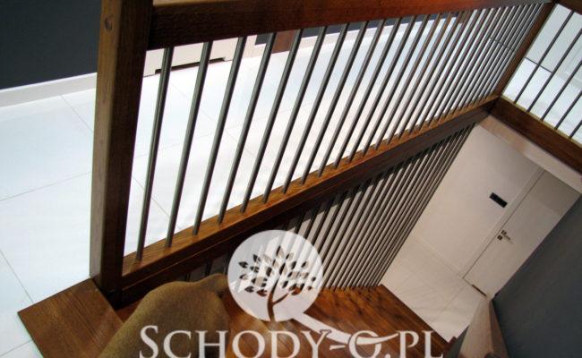 Schody-Q-Dywanowe-debowe-balustrada-rura-inox-pion-strop-Osrtroleka–(10)