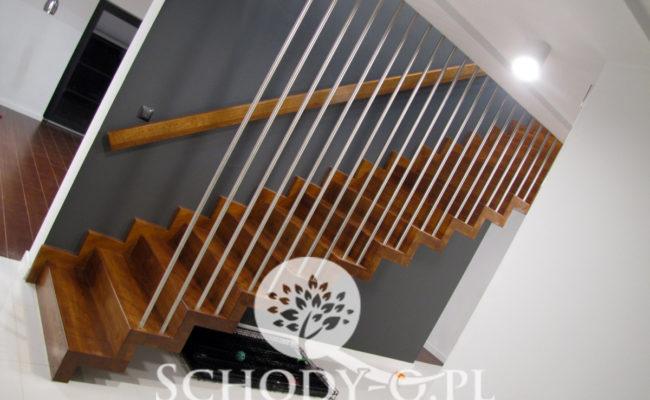 Schody-Q-Dywanowe-debowe-balustrada-rura-inox-pion-strop-Osrtroleka–(13)