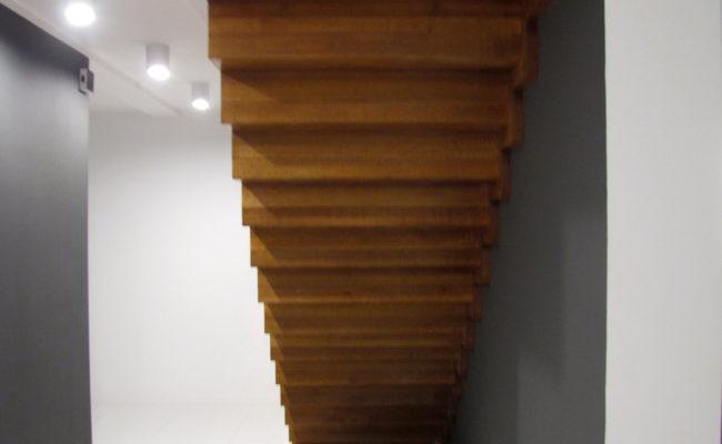 Schody-Q-Dywanowe-debowe-balustrada-rura-inox-pion-strop-Osrtroleka–(3)