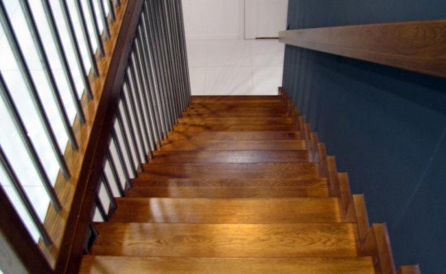 Schody-Q-Dywanowe-debowe-balustrada-rura-inox-pion-strop-Osrtroleka–(4)