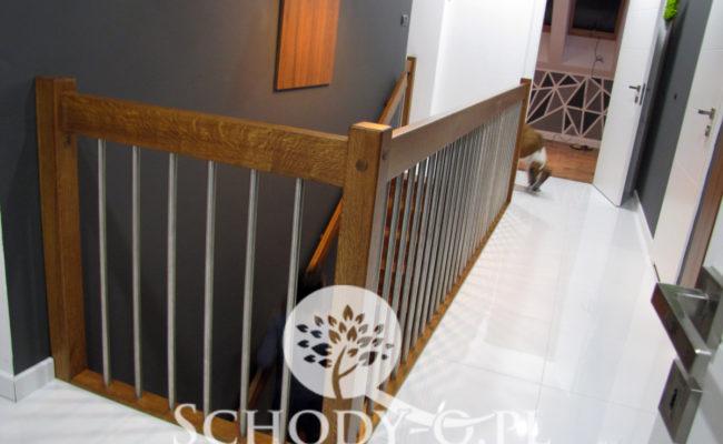 Schody-Q-Dywanowe-debowe-balustrada-rura-inox-pion-strop-Osrtroleka–(7)