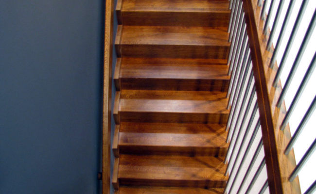 Schody-Q-Dywanowe-debowe-balustrada-rura-inox-pion-strop-Osrtroleka–(8)