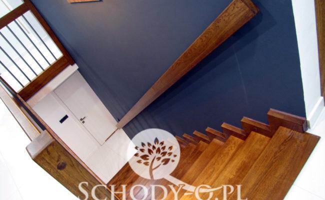 Schody-Q-Dywanowe-debowe-balustrada-rura-inox-pion-strop-Osrtroleka–(9)