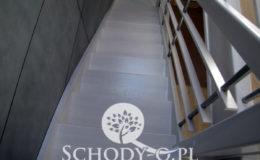 Schody-Q-Policzkowe-jesionowe-bielone-balustrada-listwa-poziomo–rura-inox-pion_10