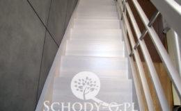 Schody-Q-Policzkowe-jesionowe-bielone-balustrada-listwa-poziomo–rura-inox-pion_11