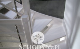 Schody-Q-Policzkowe-jesionowe-bielone-balustrada-listwa-poziomo–rura-inox-pion_17