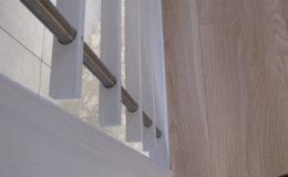 Schody-Q-Policzkowe-jesionowe-bielone-balustrada-listwa-poziomo–rura-inox-pion_20