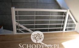 Schody-Q-Policzkowe-jesionowe-bielone-balustrada-listwa-poziomo–rura-inox-pion_4