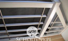 Schody-Q-Policzkowe-jesionowe-bielone-balustrada-listwa-poziomo–rura-inox-pion_6