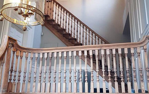 Stairs-Q – Londyn – Jesionowe stylowe – rzeźbione Omega tralka